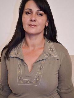 Пухлая мамочка обнажилась для мастурбации небритой киски - секс порно фото