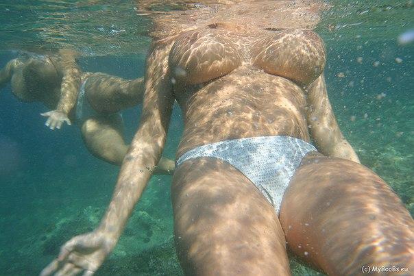 Сорокалетние  с большими сиськами на море - секс порно фото
