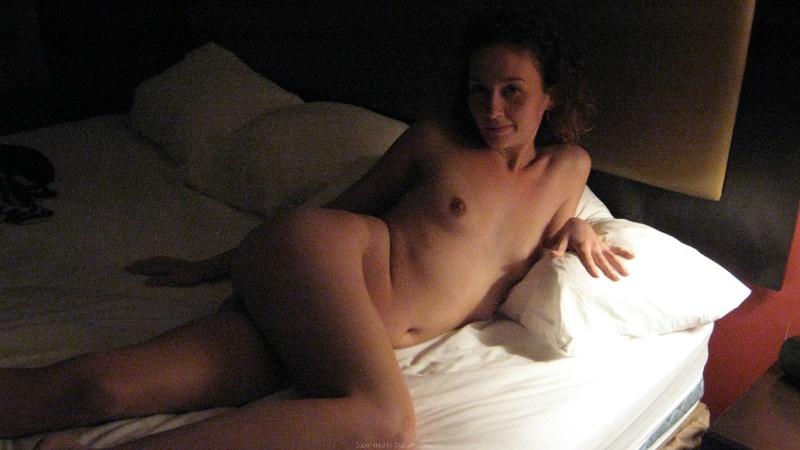 Молодая брюнетка обнажилась на белоснежной кровати - секс порно фото