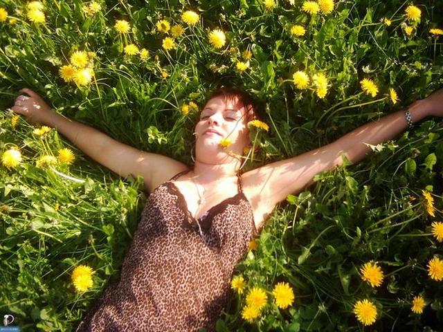 Деревенская девушка тренируется голышом в качалке - секс порно фото