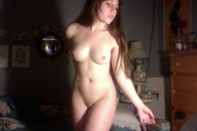 Длинноволосая куколка танцует голышом у себя в комнате - секс порно фото