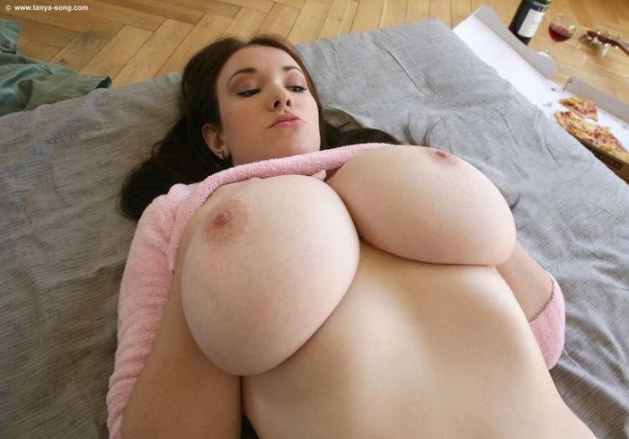 Подборка девушек с огромными буферами в различных местах - секс порно фото