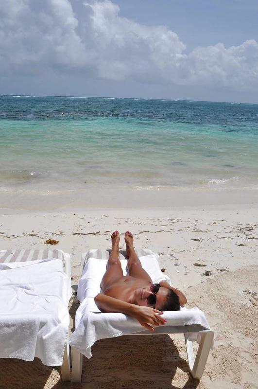Цыпочка с большими сиськами напоказ у бассейна - секс порно фото