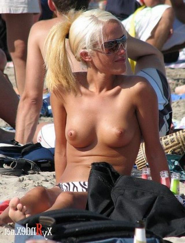 Сексуальные девушки загорают топлес на пляже - секс порно фото
