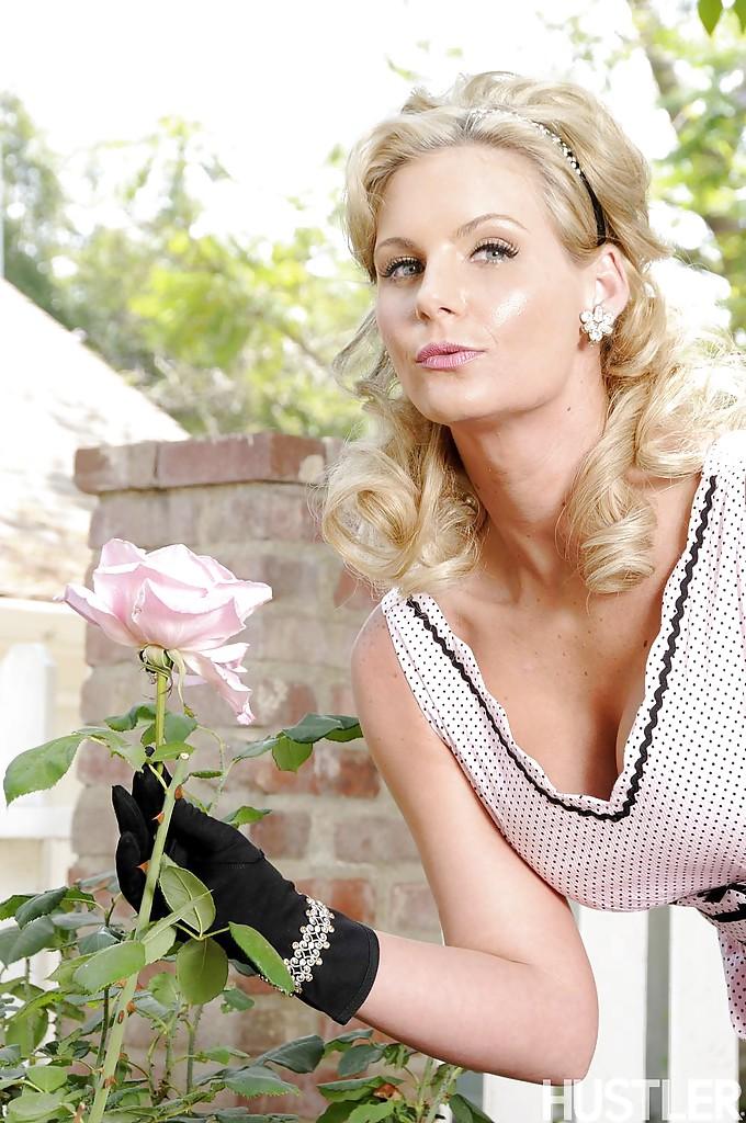 Сексуальная милфа в чулках устроила стриптиз в саду - секс порно фото