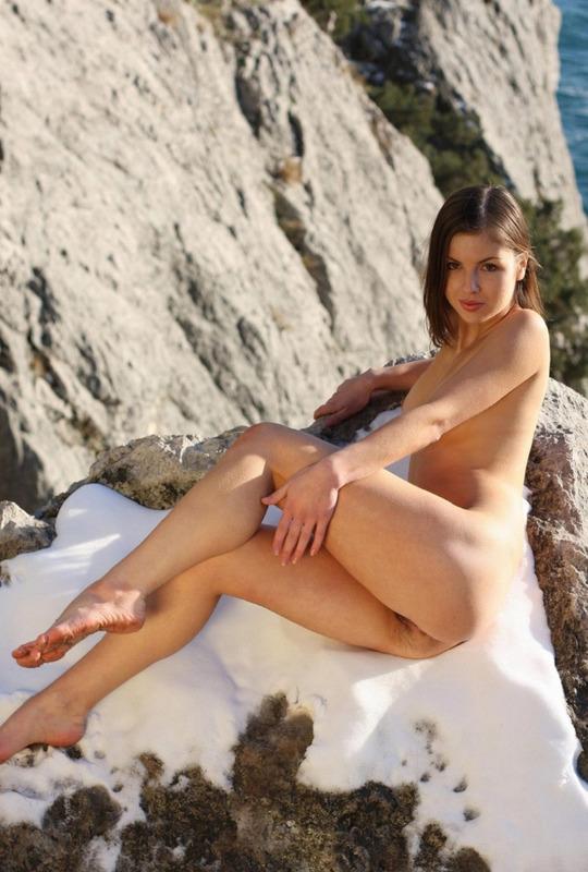 Молодая модель позирует голой на прибрежных скалах - секс порно фото