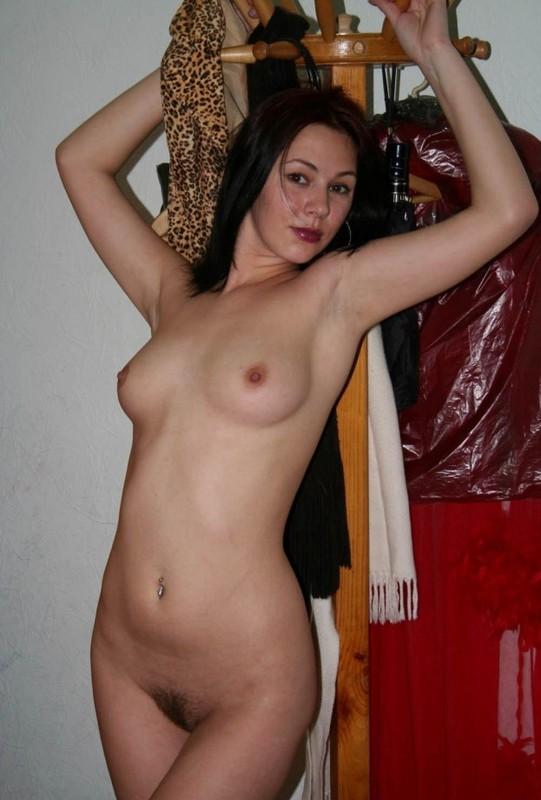 Телка раздевается дома перед сексом - секс порно фото