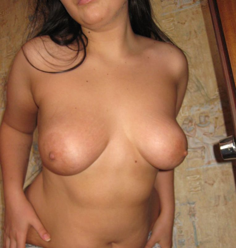 18-летняя брюнетка хвастается большими сиськами - секс порно фото