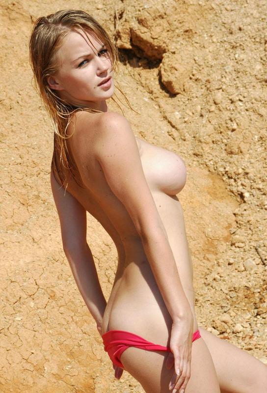 Девушка с наливными грудями снимает бикини в карьере - секс порно фото
