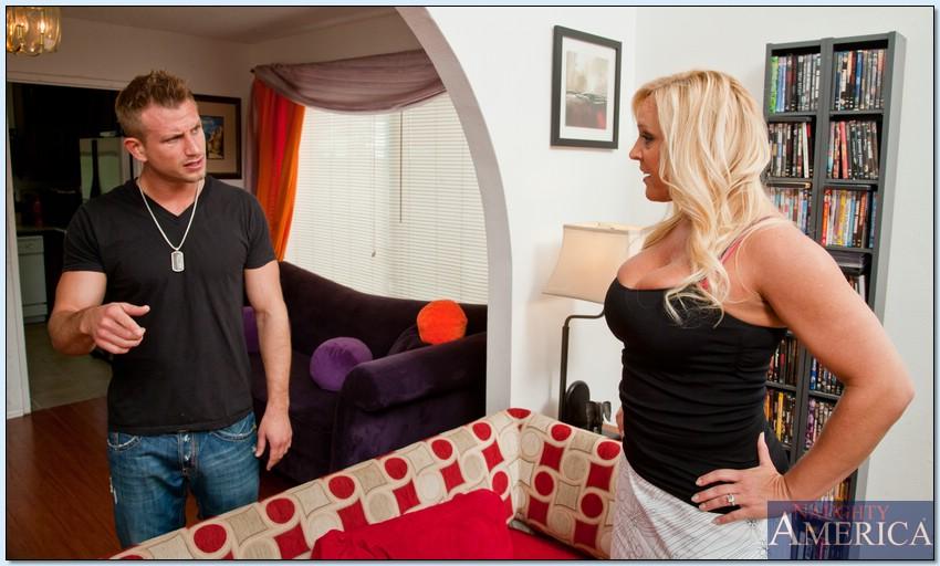 Мужик трахает зрелую домохозяйку на диване - секс порно фото