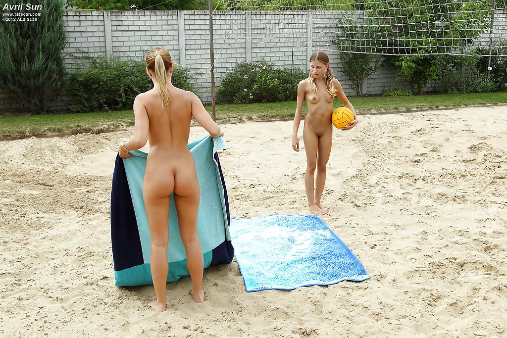 трахаются страпоном на волейбольной площадке - секс порно фото