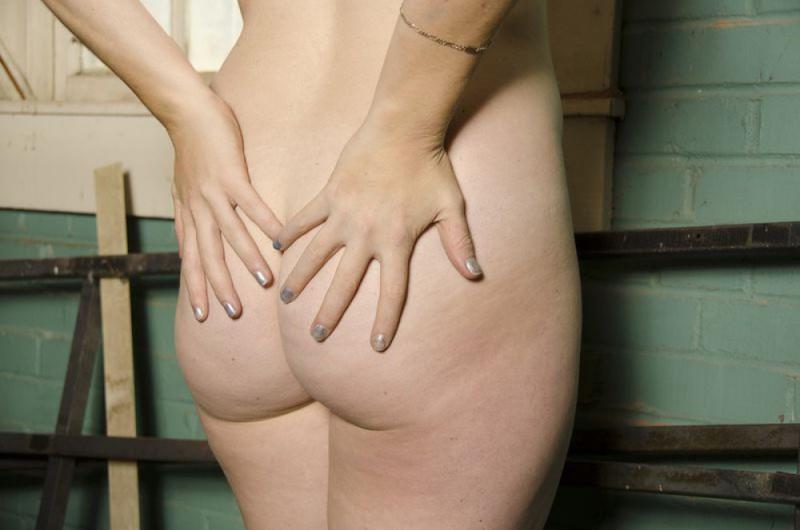 Полненькая неформалка позирует в столярной мастерской - секс порно фото