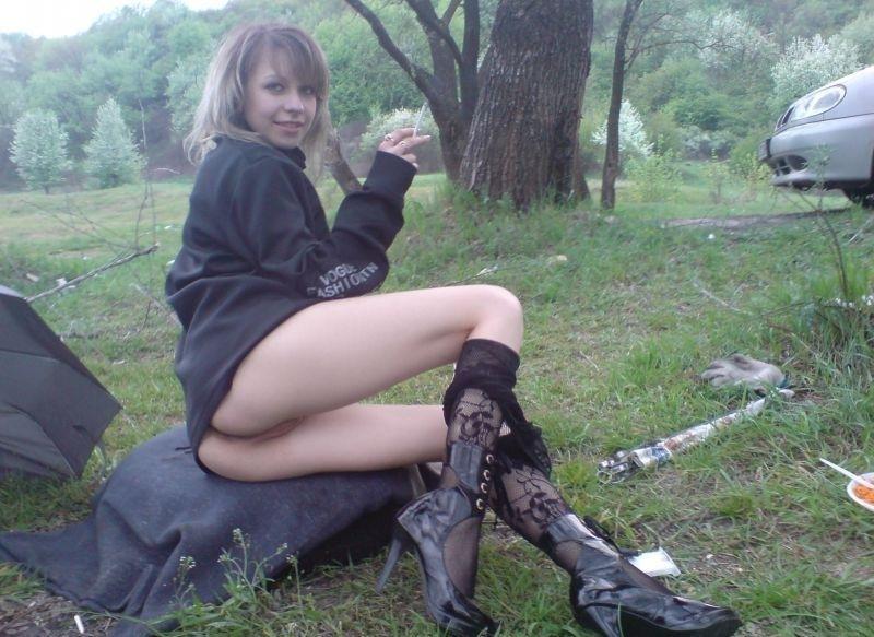 Пьяная телка в спустила кружевные колготки в лесу - секс порно фото