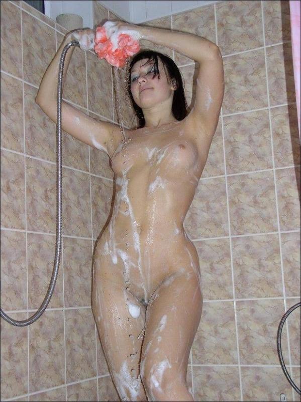 Голая стройняшка позирует в душе - секс порно фото