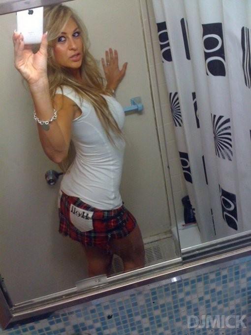 Молодые девицы снимают себя перед зеркалом - секс порно фото
