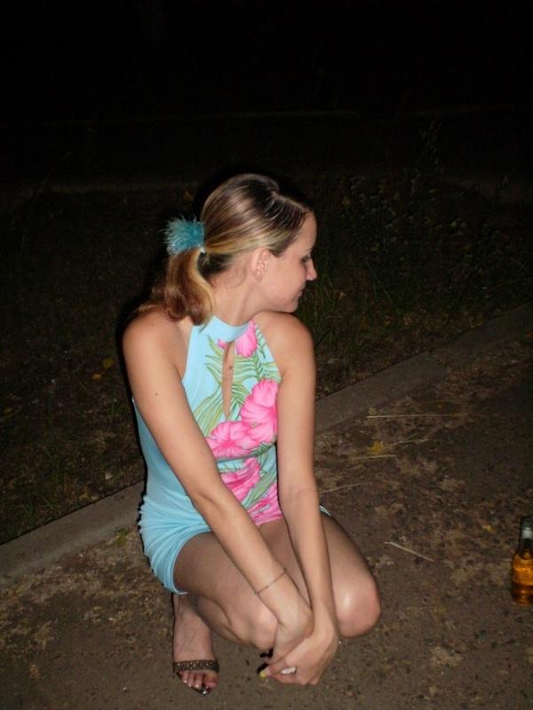 Любимый снимает подружку в вечернем парке - секс порно фото