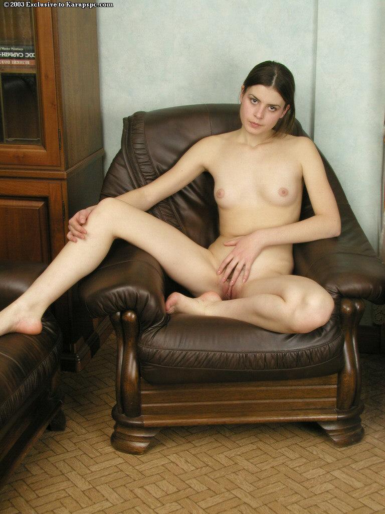 Красотка позирует голая на высоких каблуках - секс порно фото