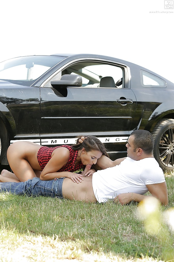 Автостопщица отсасывает водителю на трассе - секс порно фото