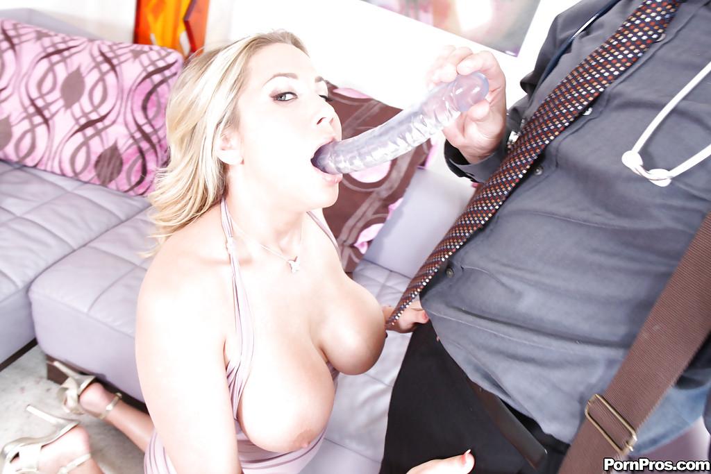 Грудастая мамочка делает врачу   - секс порно фото
