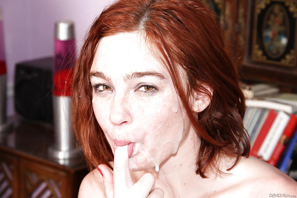 Трое негров заливают спермой лицо рыжеволосой девушки - секс порно фото