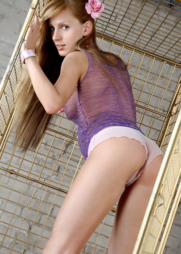 Заключённая устроила стриптиз в камере - секс порно фото
