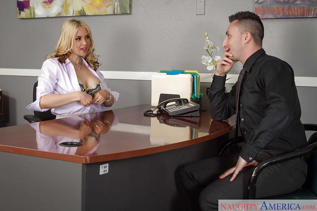 Стажер вылизывает киску начальницы после работы - секс порно фото