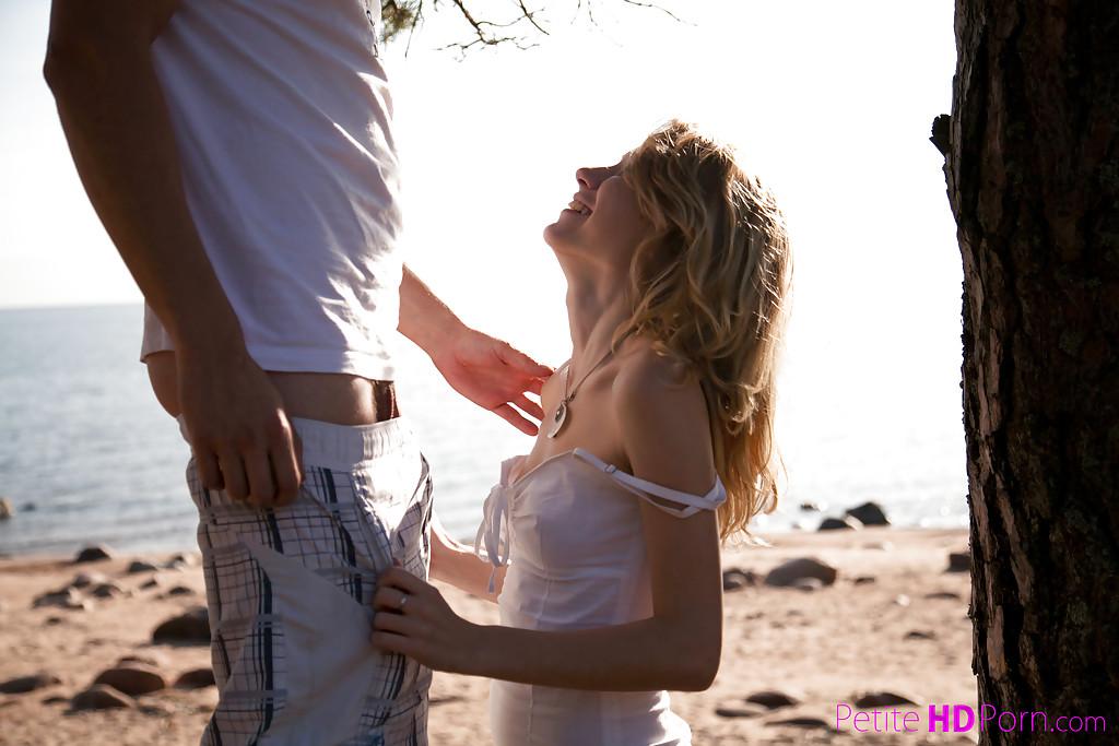 Худышка делает  парню на берегу озера - секс порно фото