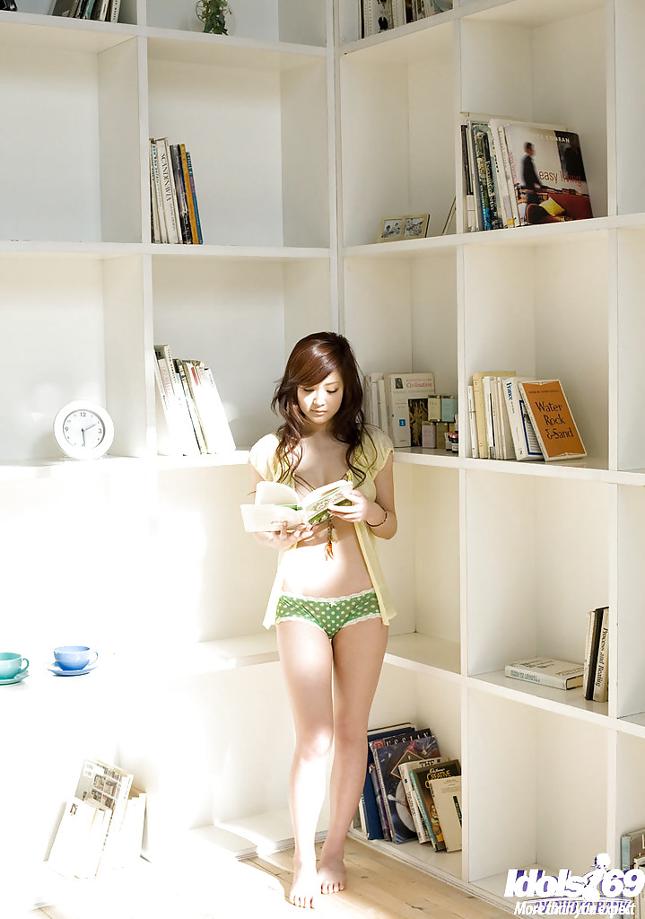 Японская куколка раздевается в своей комнате - секс порно фото