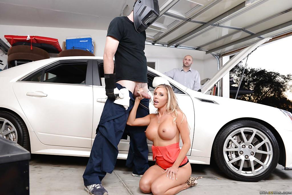 Большегрудая милфа трахнулась с автомехаником в спальне - секс порно фото