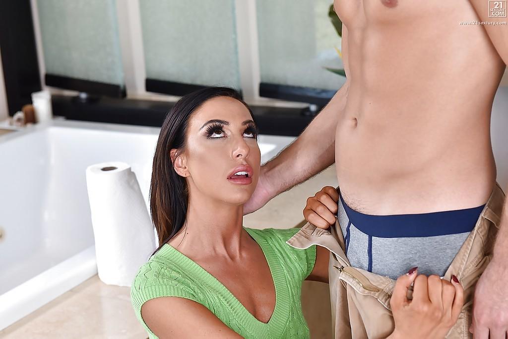 Тридцатилетняя милфа делает  любовнику в ванной - секс порно фото