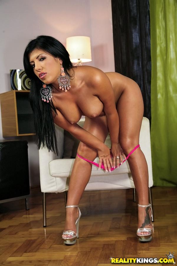 Гламурная брюнетка дразнит силиконовыми сиськами и большой попкой - секс порно фото