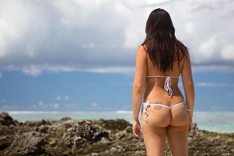 Грудастая латиночка загорает на лазурном берегу - секс порно фото