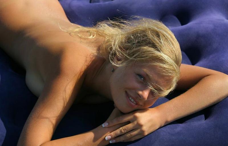 18-летняя блондинка показывает сиськи сняв купальник - секс порно фото
