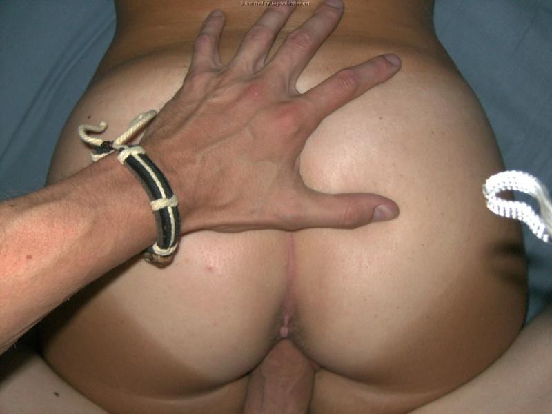Блондинка совратила парня своим загорелым задом - секс порно фото