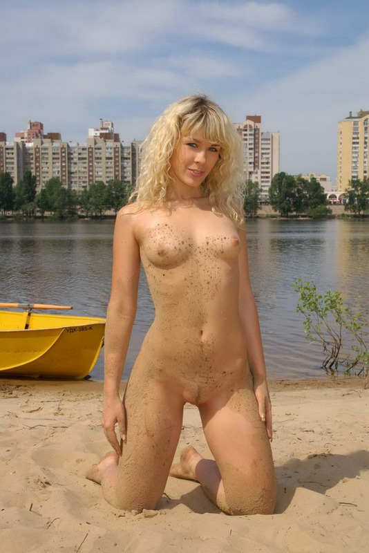 Худенькая блондинка обнажила свое тело на пляже - секс порно фото