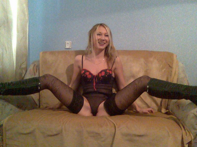 Стройная блондинка позирует в сексуальном белье - секс порно фото