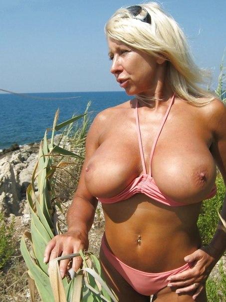Мамочки обнажили сочные ягодицы с большими сиськами - секс порно фото