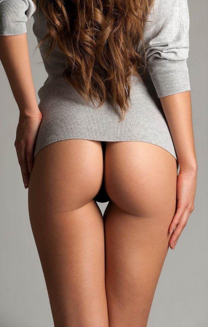 Фигуристые эро-модели показывают голую грудь - секс порно фото
