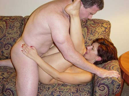 Дамочка обнажила огромные сиськи и упругую попку - секс порно фото
