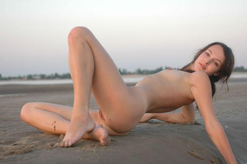 Худенькая модель позирует обнаженной на берегу - секс порно фото